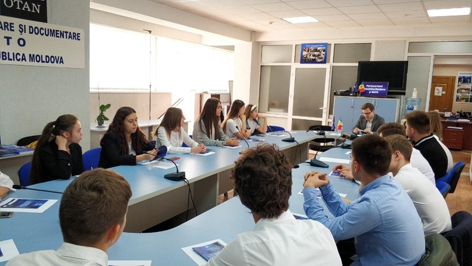 O vizită întreprinsă de elevii clasei a XI a Liceul Teoretic Mihai Eminescu din Chișinău la CID NATO.